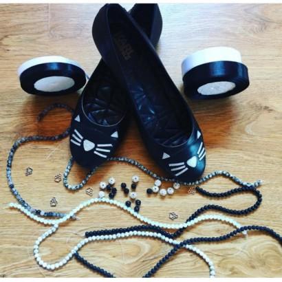 Náramky a stuhy sladěné k botám a šatům